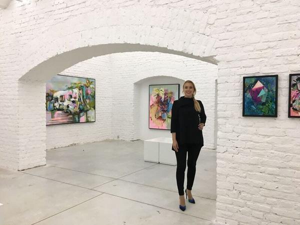 """Die """"Kunstagentin"""" in ihrer Galerie vor Bildern von Julia Benz. - Copyright: Die Kunstagentin"""