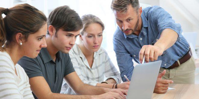 Medienkompetenz beim Ausbildungspersonal ist unerlässlich für die Konkurrenzfähigkeit - copyright: goodluz - Fotolia