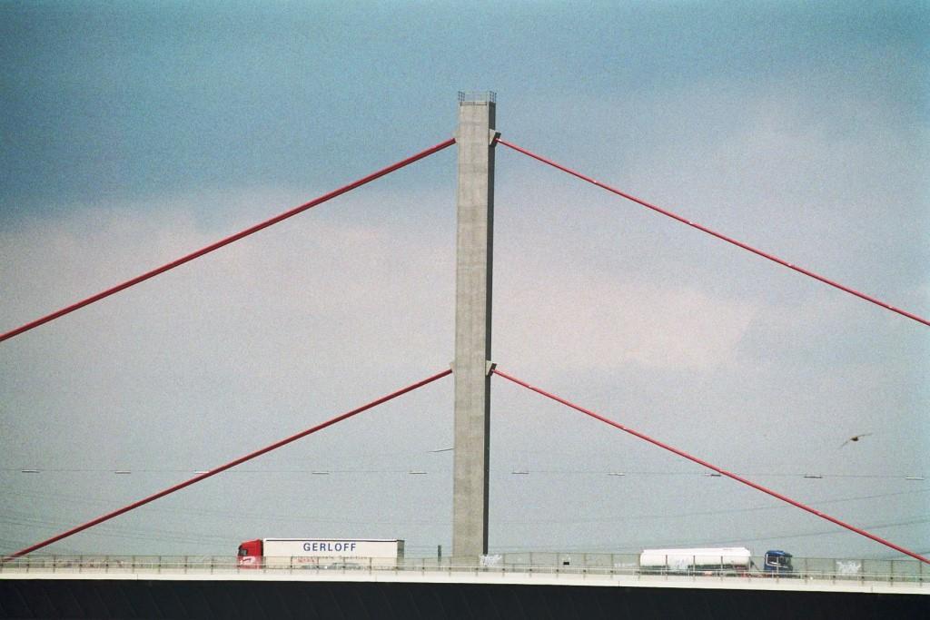 Eine Hängebrücke hängt in den Seilen - copyright: allpictures / pixelio.de