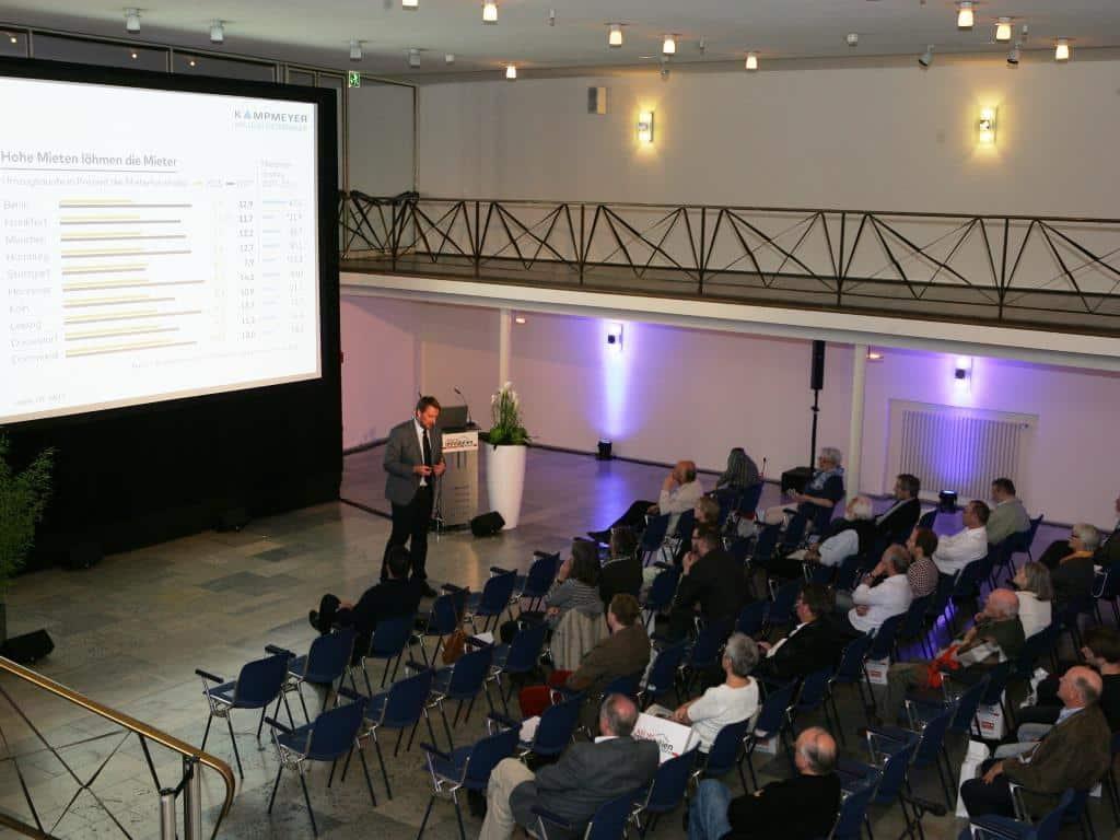 Zahlreiche Interessenten folgten den vielfältigen Expertenvorträgen in der Messe-Lounge. - copyright: DuMont LiveKon GmbH