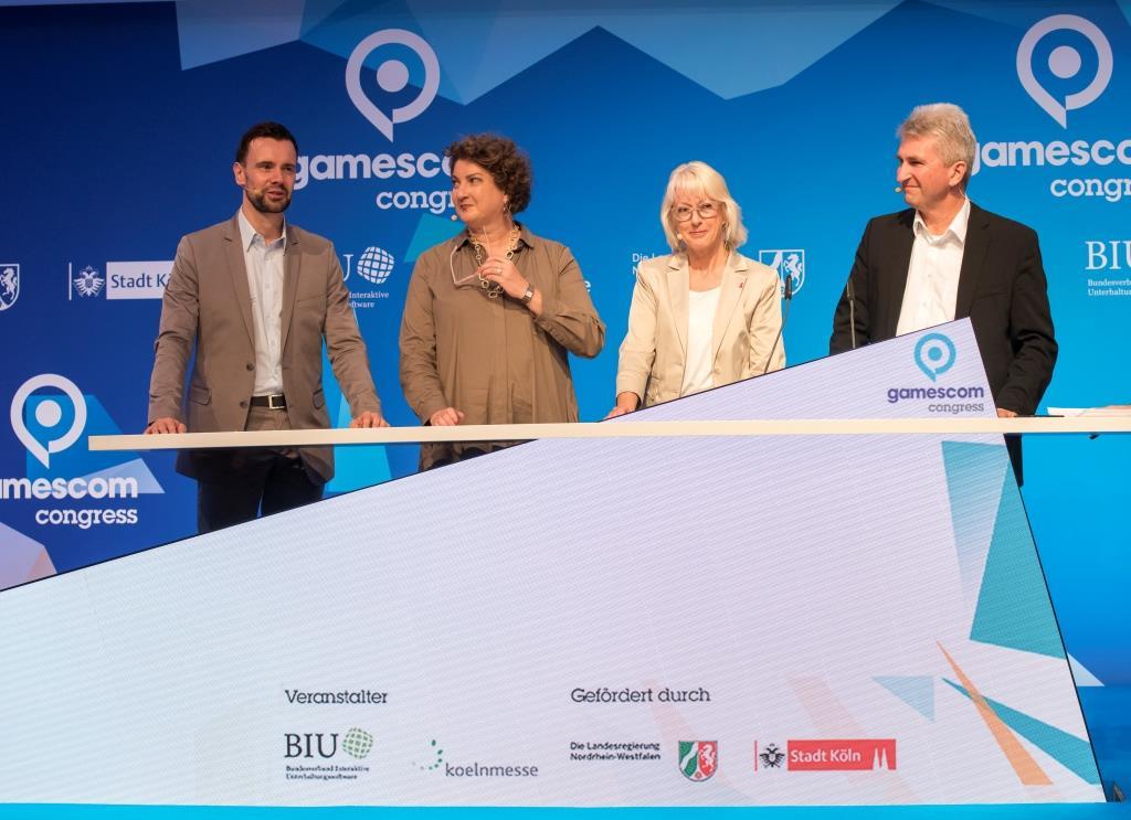 Eröffnung des gamescom congress, Eröffnungstalk, v.l.n.r. Felix Falk (Geschäftsführer / CEO BIU), Katharina Hamma (Geschäftsführerin/CEO koelnmesse), Elfi Scho-Antwerpes (Bürgermeisterin der Stadt Köln), Prof. Dr. Pinkwart (Minister für Wirtschaft, Innovation, Digitalisierung und Energie) und Max von Malotki (Moderator WDR5) - copyright: Koelnmesse GmbH, Oliver Wachenfeld