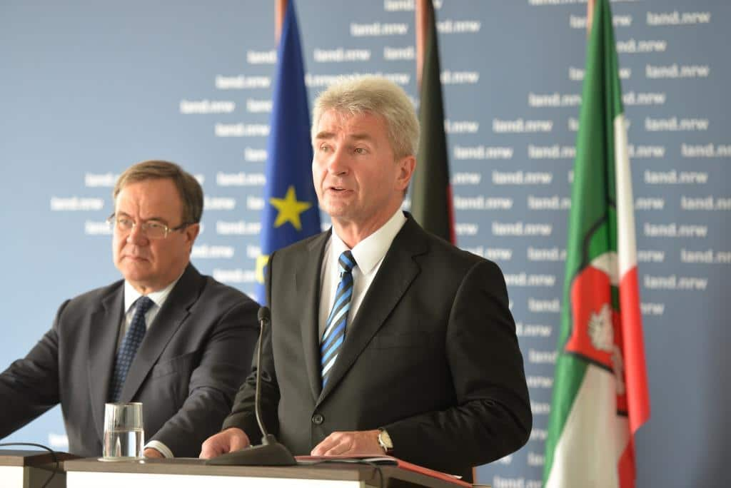 Ministerpräsident Armin Laschet (links) und Minister Prof. Dr. Andreas Pinkwart (rechts) stellen Entfesselungspaket I vor. - Foto: Land NRW / M. Meyer-Piehl
