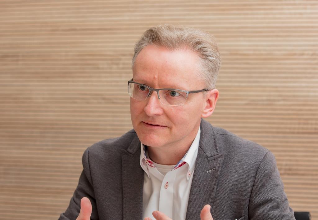 """Patrick Hünemohr rät: """"In der heutigen Zeit muss man sich über digitale Werbemaßnahmen Gedanken machen, um mit dem Strom schwimmen zu können und auch die eigene Zielgruppe, die hauptsächlich auf diesen Kanälen unterwegs ist, zu erreichen."""" copyright: Die Wirtschaft Köln / Alex Weis"""
