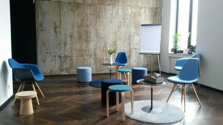Neben Gemälden und Skulpturen zieren auch puristische Wandverkleidungen die einzelnen Büroflächen. copyright: Wertheim Cologne über Event Inc