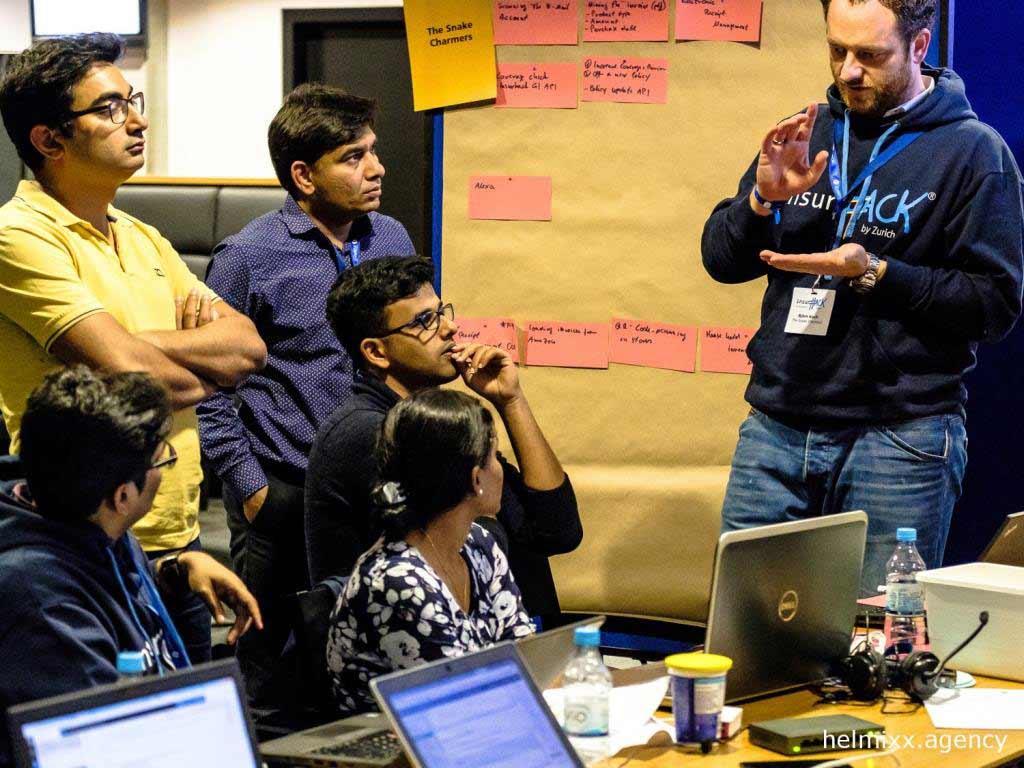 Teilnehmer entwicklen ihre Ideen am InsurHack 2017 - copyright: helmixx.agency
