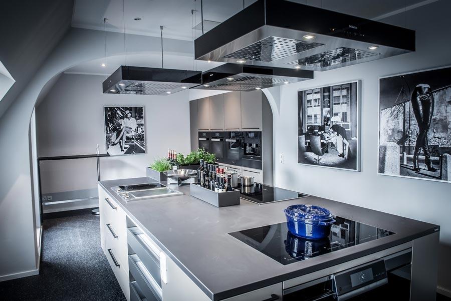 Die Kochateliers sind professionell ausgestattet und bieten einen weitläufigen Blick auf den Kölner Dom und den Rhein. copyright: Rheinloft Cologne