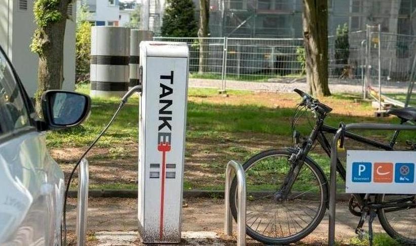Elektrotankstelle und Bikesharingstation in der Stegerwaldsiedlung copyright: RheinEnergie AG