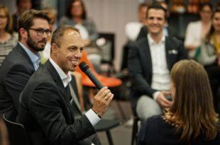 Besucher kommen beim Kongress ins Gespräch copyright: designfunktion Kongress Köln
