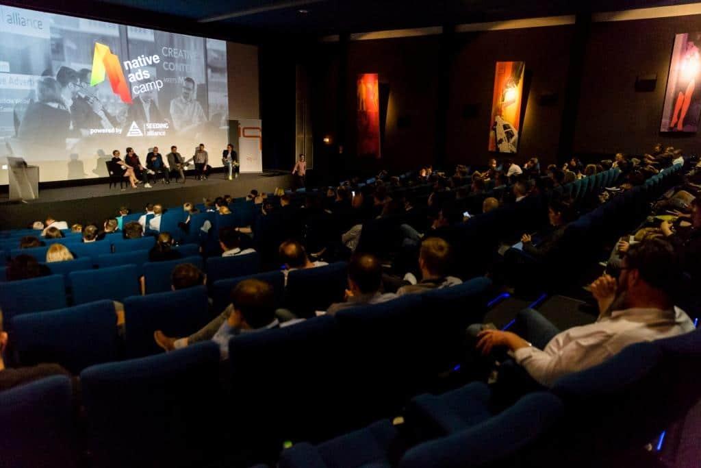 Die Zuschauer verfolgen aufmerksam eine Podiumsdiskussion copyright: Seeding Alliance GmbH / Thomas Magdalinski