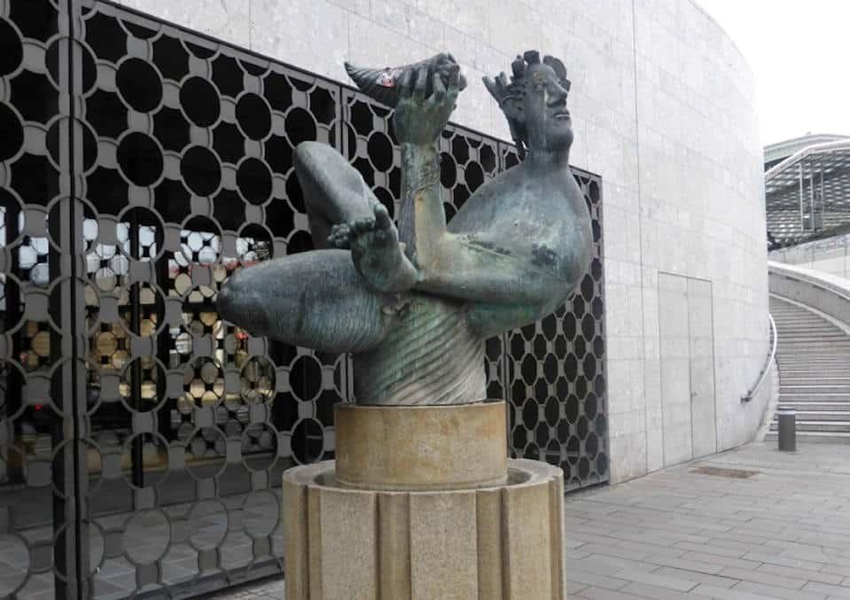 Kulturelles Kleinod: Der 1973 von Hans Karl Burgess gestaltete Dionysosbrunnen vor dem Baptisterium Copyright: Bürgergemeinschaft Altstadt
