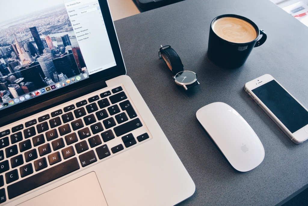 Drei essentielle Arbeitstools des 21. Jahrhunderts: Laptop, Smartphone und Kaffeetasse, um fit zu bleiben. Copyright: pixabay