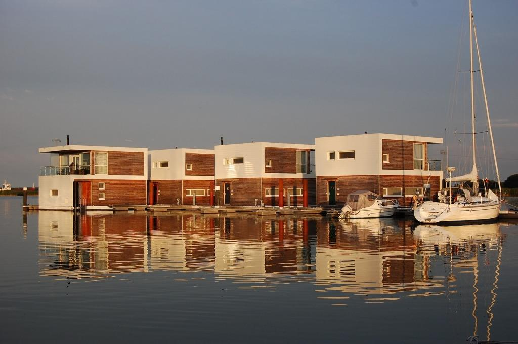 Nicht nah am, sondern auf dem Wasser gebaut: Floating Houses copyright: pixabay.com