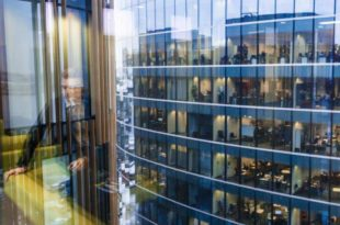 Wie sich der Arbeitsalltag verändert: Büros heute und früher copyright: Envato / Pressmaster
