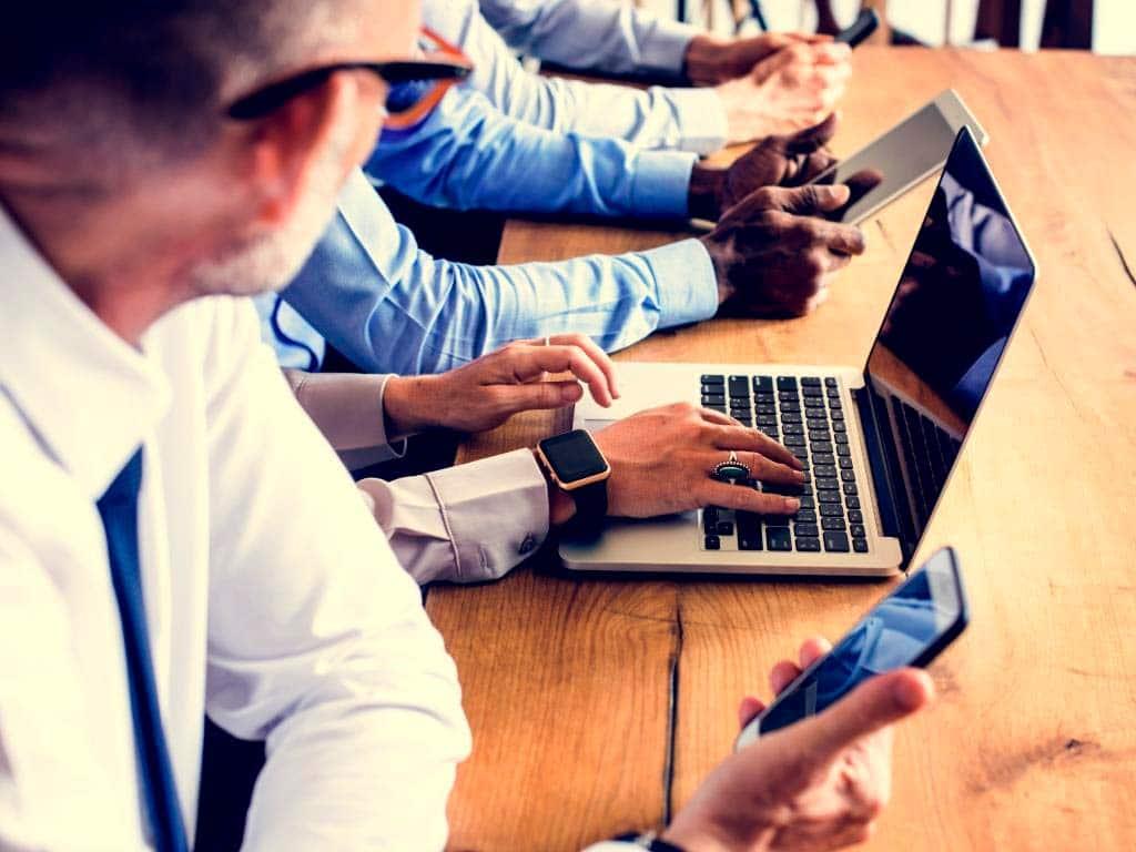 Durch die fortschreitende Digitalisierung prasselt vor allem im Büro eine Informationsflut auf uns ein. copyright: Envato / rawpixel
