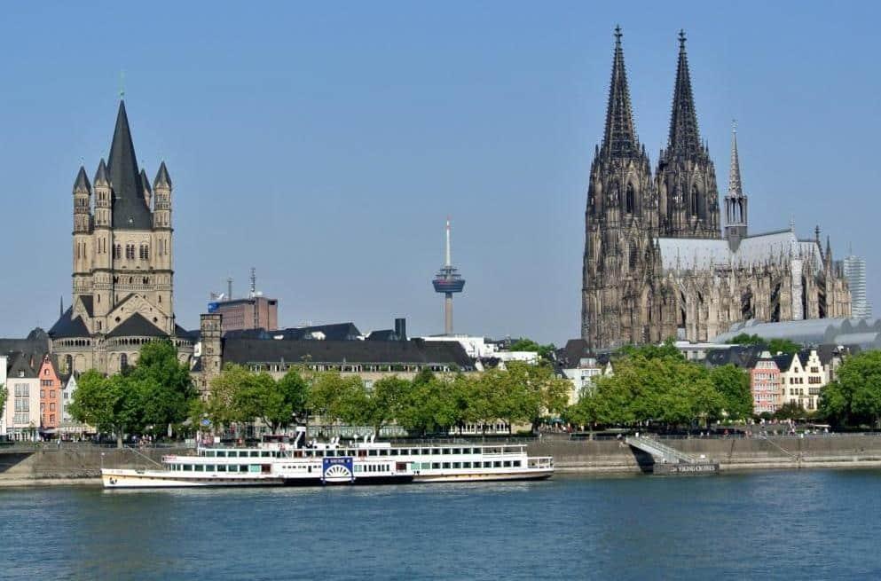 Chillen am Rhein mit Domblick: ein Grund, warum es viele Menschen nach Köln zieht. Copyright: Pixabay