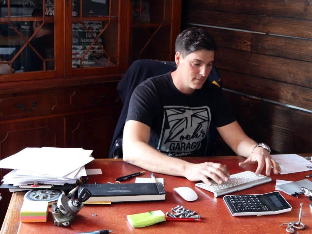 Aron Koch ist Inhaber einer englischen Oldtimer-Werkstatt in Brühl. copyright: Melina C. Coniglio