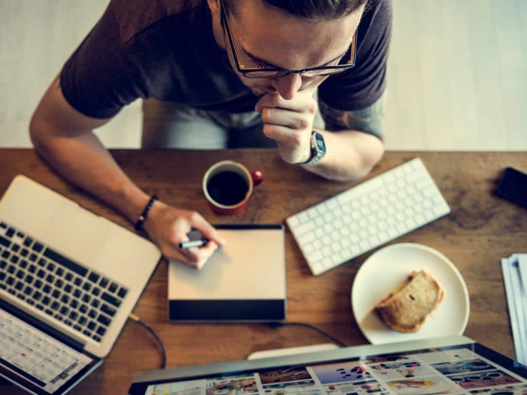 Immer mehr Arbeitgeber stimmen zu, dass ihre Mitarbeiter von zuhause aus tätig sind. copyright: Envato / rawpixel