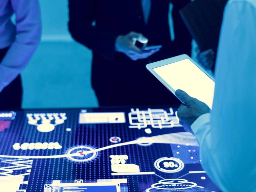 Die Digitalisierung schreitet weiter voran und mehr und mehr Menschen und Maschinen sind miteinander verknüpft. copyright: Envato / Rawpixel