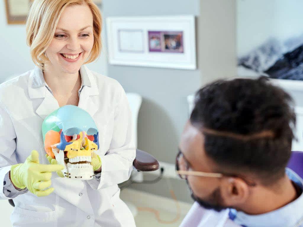 """Bereits der Arzt Paracelsus wusste: """"An jedem Zahn hängt ein ganzer Mensch"""". copyright: Envato / seventyfourimages"""