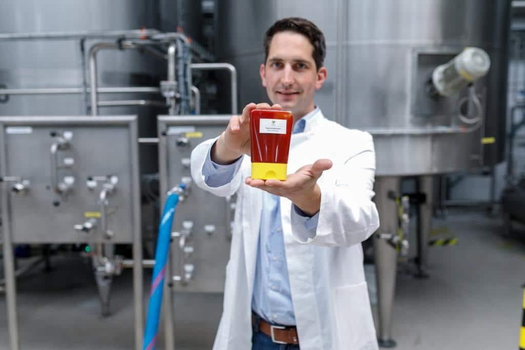 Für Ketchup eignet sich der 0-Kalorien-Zucker sehr gut wie Savanna-Geschäftsführer Tim Koch demonstriert. Credit: Savanna Ingredients/ Intuitive Fotografie