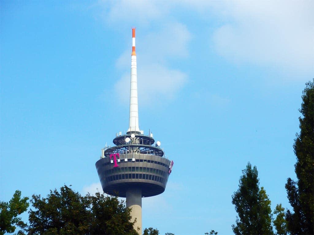 In Köln sorgen derzeit zwölf Antennen für eine 5G-Abdeckung an ersten Mobilfunk-Hotspots (Stand September 2019). Versorgt werden im ersten Schritt die Deutzer Seite am Rhein einschließlich Teile des Messegeländes. Ein weiterer Standort steht in Köln-Ehrenfeld am Fernsehturm. Der geplante Ausbau in der Rheinmetropole umfasst die gesamte Innenstadt mit ihren Einkaufsstraßen und Wohnhäusern sowie den MediaPark, die Deutzer Seite im Bereich der Messe und die Promenaden auf beiden Rheinufernseiten. Allein bis Ende 2019 will die Telekom in Köln insgesamt 90 Antennen aufbauen. copyright: pixabay.com