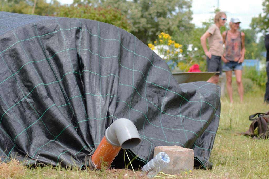 Auf dem Gelände des NeuLand-Gartens hat Katrin Pütz ein Testfeld für ihre mobile Biogasanlage gefunden. copyright: Susanne Wächter