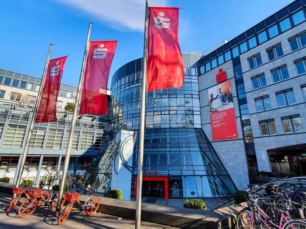 Die Sparkasse KölnBonn bietet Privat- und Firmenkunden schnelle und unbürokratische Hilfen zur Verfügung. copyright: Alex Weis