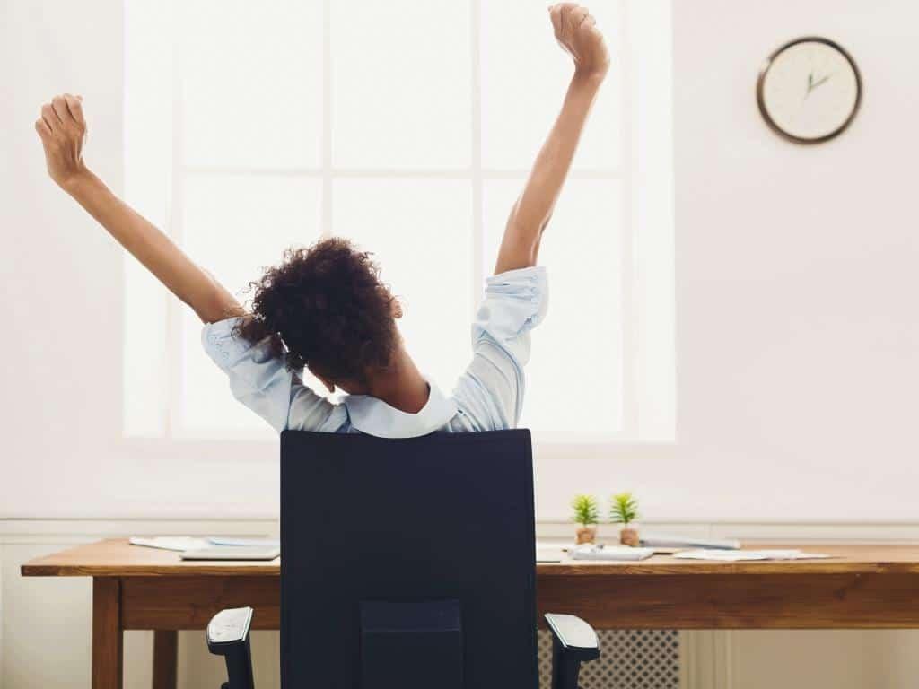 Richtiges Sitzen am Schreibtisch – der Bürostuhl macht´s copyright: Envato / Prostock-studio