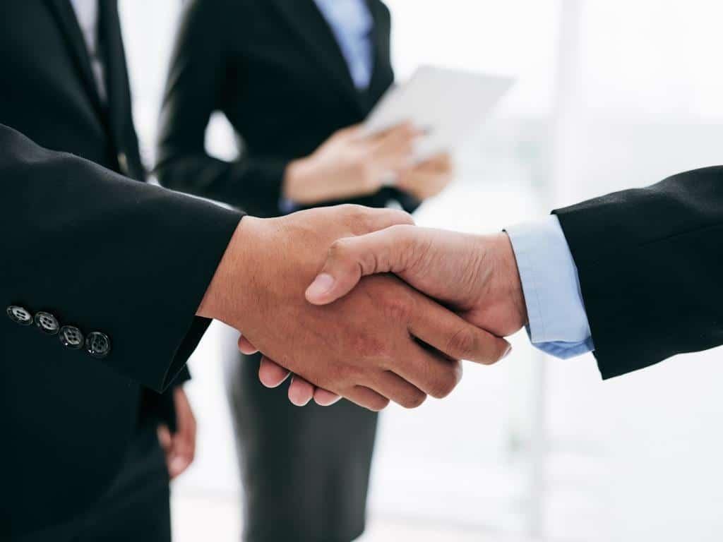 Die Unternehmensnachfolge sollte in fähige Hände gelegt werden, um einen reibungslosen Übergang zu gewährleisten. copyright: Envato / DragonImages